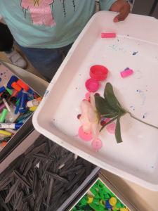 Choisir des objets pour leur couleur et leur symbolique