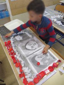 Un enfant crée une composition d'objets