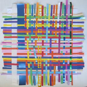 Jouer avec du papier coloré