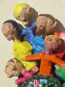 Personnages modelés en papier mâché par les enfants