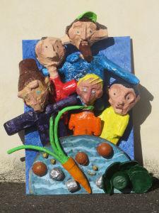 Bas-relief peint de couleurs vives