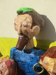 Objets de récupération transformés en sculpture