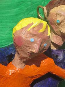 Visage du petit garçon modelé en papier mâché