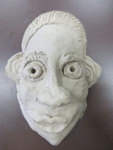 Modelage d'un masque en terre cuite