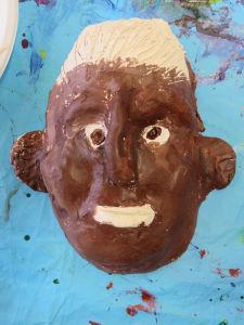 Tête en argile peinte