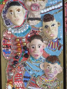 Céramique et incrustation de petits objets dans du plâtre
