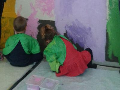 Laisser les enfants étaler la couleur
