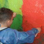 Enfant qui peint le mur