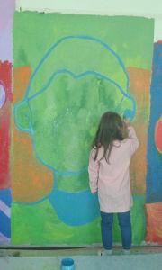 Les enfants peignent la fresque sur les sentiments