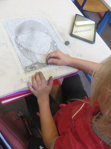 Fillette qui dessine son portrait