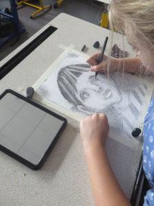 Cours de dessin à l'école élémentaire