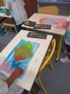 Séance de dessin en classe