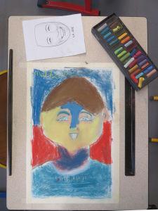 Autoportrait en couleur d'un jeune garçon