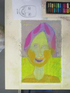 Autoportrait d'une filette joyeuse
