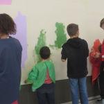 Peindre les fonds avec les enfanst de PS/MS aidés par les enfants de CM2