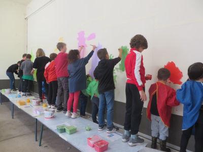 Peindre un mur avec les enfants