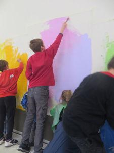 Peindre les fonds sur le mur