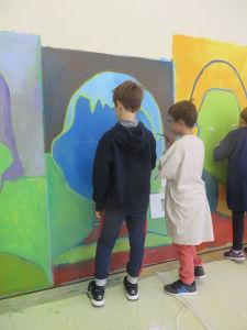Les deux garçons peignent un portrait