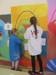 Les enfants collaborent à un projet artistique