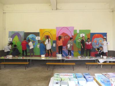Les enfants de CE2/CM1 peignent la fresque