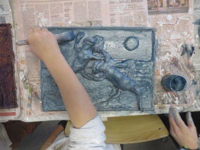 Les enfants peignent leur modelage