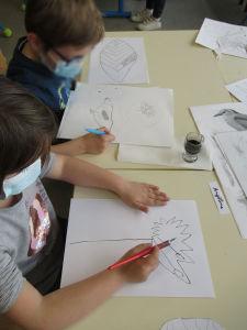 Les enfants dessinent des fleurs