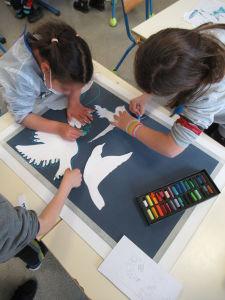 Les enfants collaborent à une oeuvre collective
