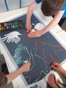 Les enfants dessinent à l'école