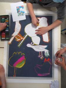 Les enfants composent un tableau collectif