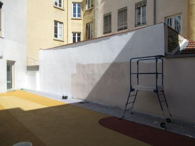 Application d'une couche d'apprêt sur le mur