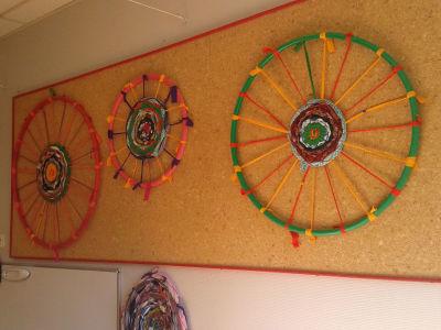 Tissages décoratifs sur le mur de la classe