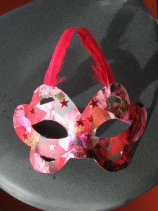 Masque rouge décoré par un enfant