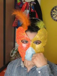 Essayage de son masque de carnaval