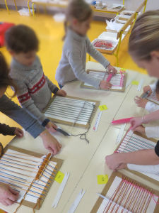 Les enfants apprennent à tisser à l'école