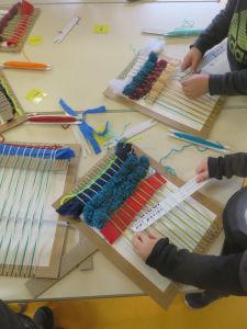 Atelier tissage à l'école maternelle
