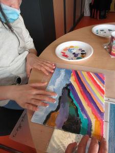 Finalement étaler la peinture avec les doigts