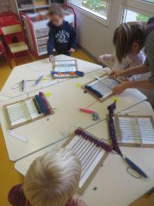 Atelier tissage à la maternelle