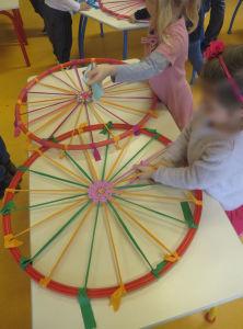 Atelier tissage avec les enfants de la maternelle