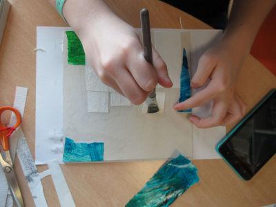 Coller des petits morceaux de papier texturé