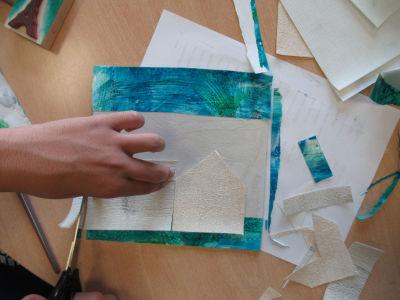 Découper des maisons dans du papier peint