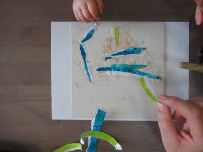Coller des bandelettes de papier déchiré