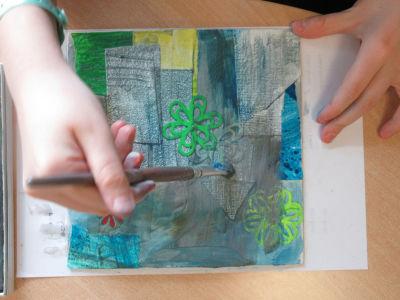 Frotter la surface avec le pinceau