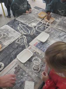 Atelier de modelge à l'école maternelle