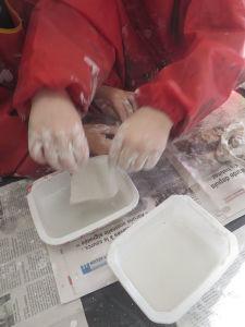 Les enfants utilisent de la bande plâtrées