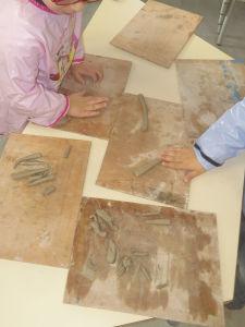 Modeler des colombins d'argile