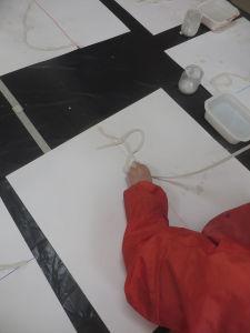 Coller les bandes de plâtre en suivant la ligne