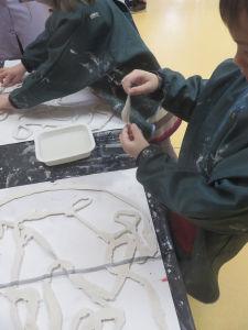 Création d'un mobile en plâtre avec les enfants