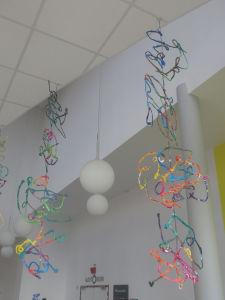 Mobiles en plâtre peint créé par les enfants