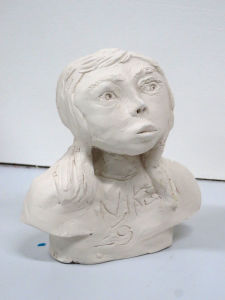 Modeler un visage en argile blanche