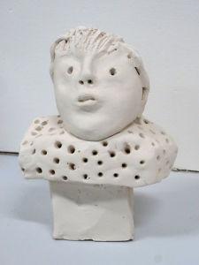 Bonhomme en argile modelé par un enfant